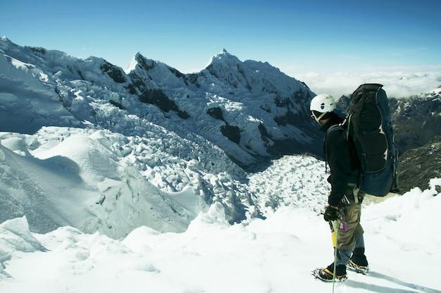 Grimpeur debout sur le glacier