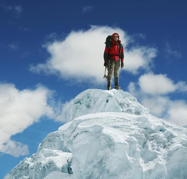 Grimpeur sur le sommet enneigé