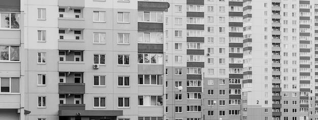 Gris triste vue en noir et blanc sur les appartements de la ville avec balcon