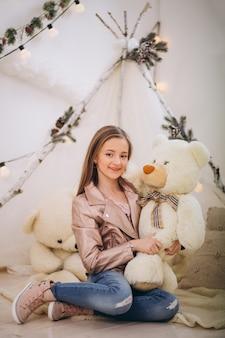 Grl en studio avec l'ours en peluche