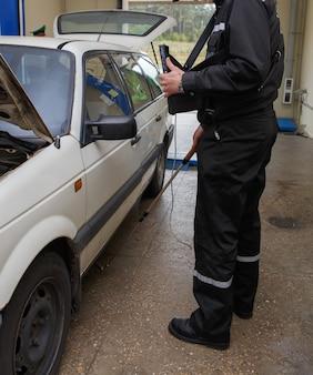 Grodno, biélorussie - 15 novembre 2013 : l'inspecteur du service des frontières recherche la contrebande dans la voiture avec la caméra sur le poste de contrôle frontalier international bruzgi