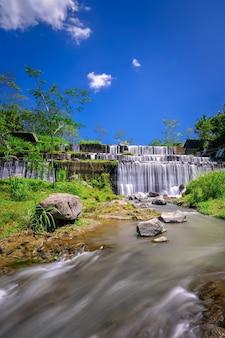 Grojogan watu purbo est un barrage fluvial à plusieurs étages et est l'une des destinations touristiques situées à sleman, yogyakarta