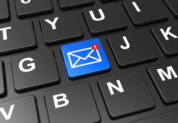 Gros bouton bleu avec un nouveau signe de messagerie sur un clavier noir