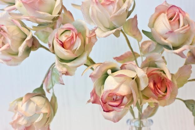 Gros boutons de roses roses et blanches. fleurs de soie artificielles à l'intérieur