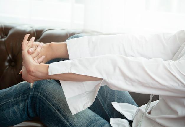 Gros bras de femme qui s'étend sur le siège.