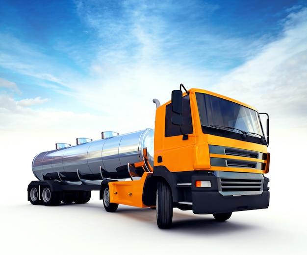 Gros camion-citerne de carburant orange