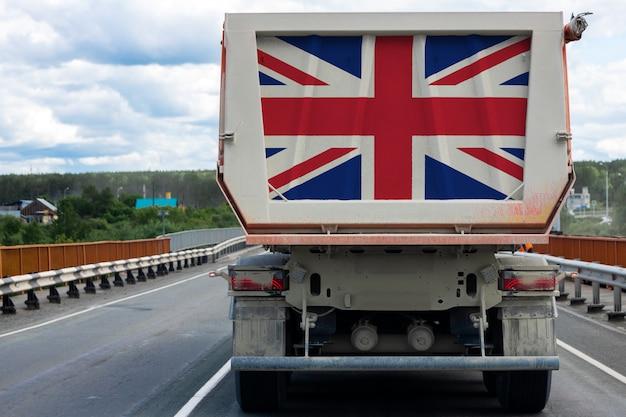 Gros camion avec le drapeau national du royaume-uni