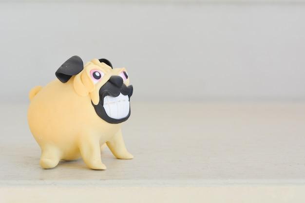 Gros chien miniature sur table.