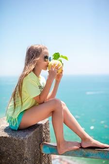 Gros citron jaune à la main en mer méditerranée et ciel.