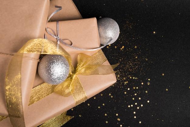 Gros coffrets cadeaux avec des boules en argent sur table