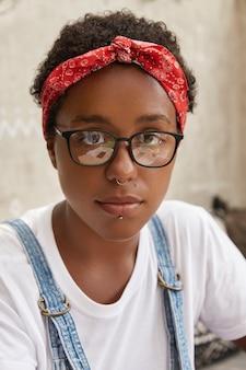 Gros coup de beau hipster dans des lunettes transparentes, tenue décontractée, regarde sérieusement