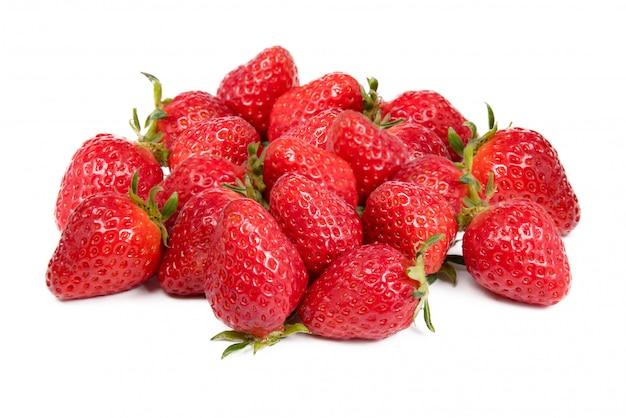 Gros coup de fraises fraîches sur fond blanc.