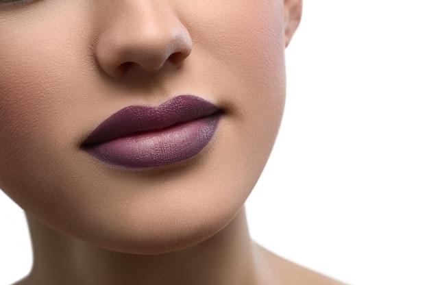 Gros coup de lèvres féminines sexy dodues recouvertes de rouge à lèvres