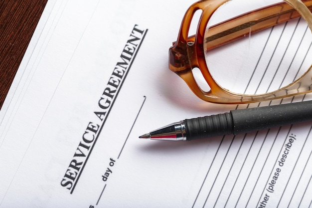 Gros coup de lunettes sur le concept commercial de contrat document papiers