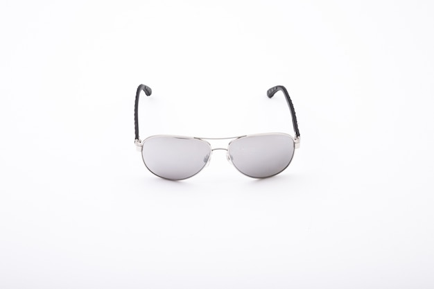 Gros coup de lunettes de soleil élégantes isolé sur un blanc