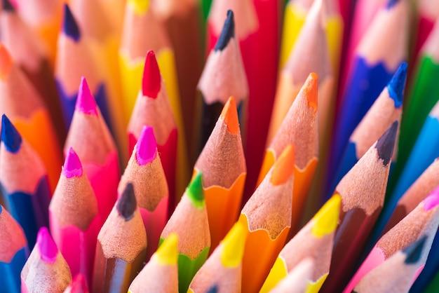 Gros coup de macro de couleur crayon pile plume sur fond blanc.