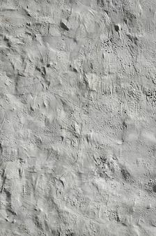 Gros coup de mur d'argile grunge brun sur une vieille maison.