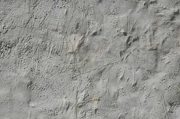 Gros coup de mur d'argile grunge brun sur une vieille maison