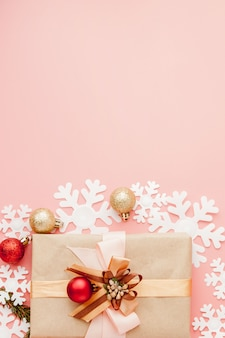 Gros coup de petit cadeau enveloppé avec du ruban. fond de noël concept minimal. lay plat. vue de dessus