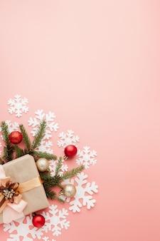 Gros coup de petit cadeau enveloppé avec un ruban rose. noël . minimal. lay plat. vue de dessus