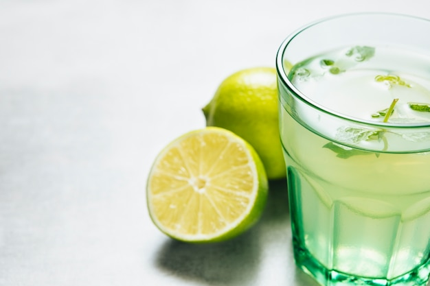Gros coup de verre de limonade sur fond uni