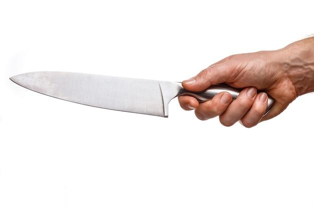 Gros couteau entre les mains d'un cuisinier isolé sur blanc