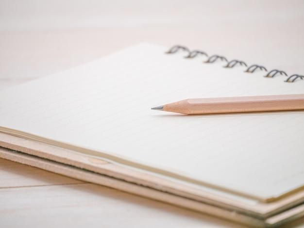 Gros crayon et cahier