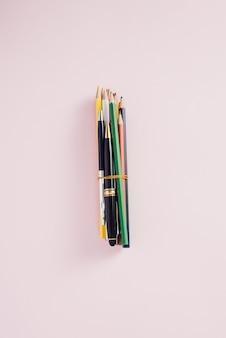 Gros crayons de couleur isolés sur fond blanc.