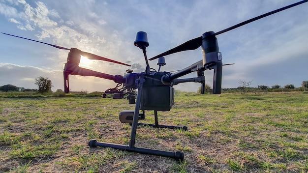 Gros drone industriel volant au coucher du soleil