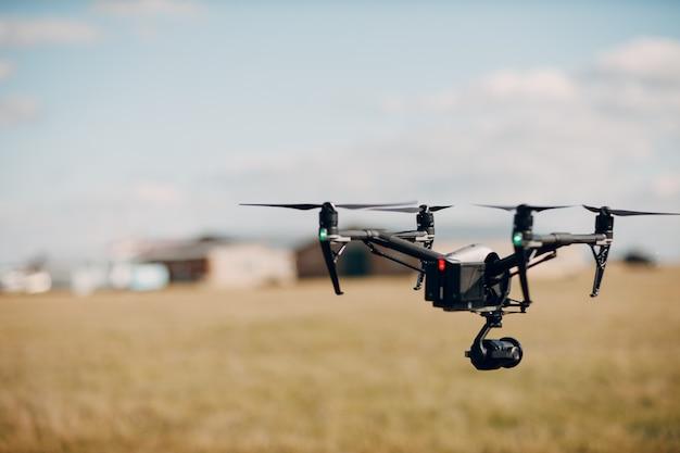 Gros drone quadricoptère en vol aérien et tournage
