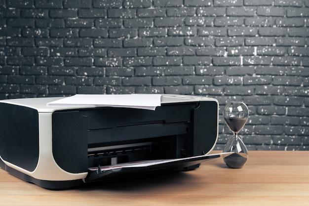 Gros écran de l'imprimante moderne au bureau
