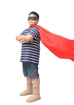 Gros enfant joue au super-héros isolé sur fond blanc