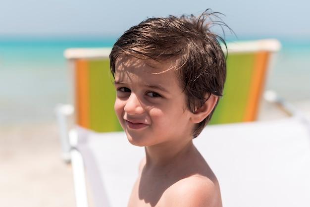 Gros enfant souriant regardant la caméra