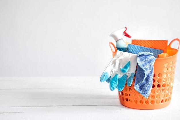 Gros ensemble de produits de nettoyage à domicile dans un panier lumineux. moyens pour maintenir le fond de propreté