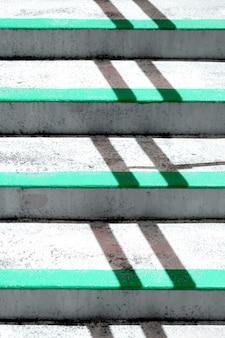 Gros escaliers avec des lignes perpendiculaires