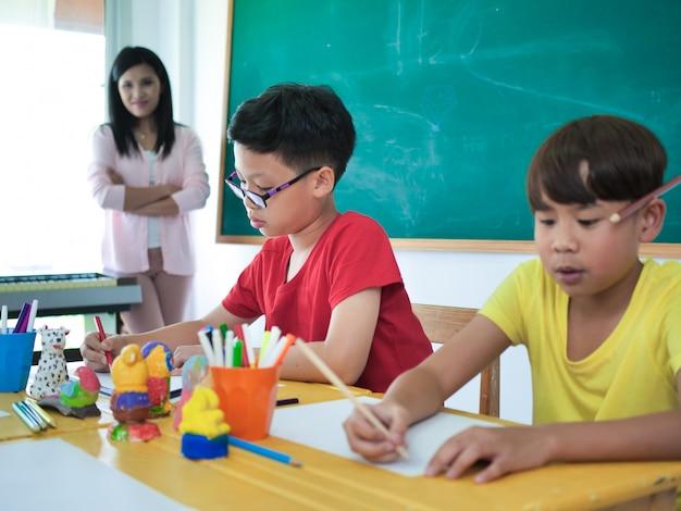 Gros étudiant asiatique en salle de classe.