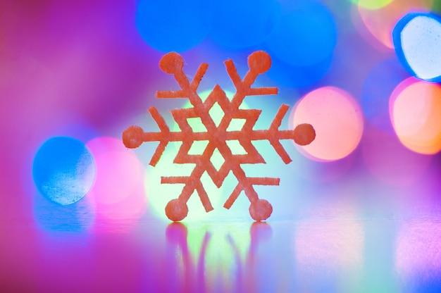 Gros flocon de neige décoratif sur un arrière-plan flou
