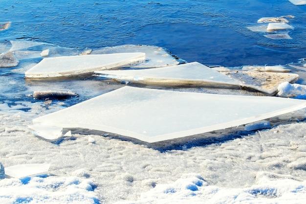 Gros fragments de glace au bord de la rivière