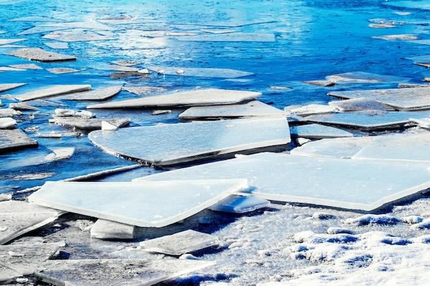 Gros fragments de glace sur la rivière, fonte des glaces