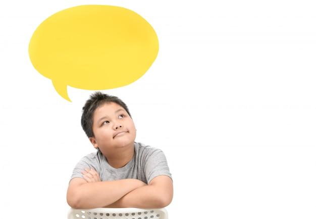 Gros garçon en pensée avec avec bulle de dialogue isolé
