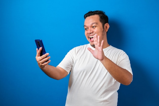 Gros gars asiatique portant un t-shirt blanc isolé