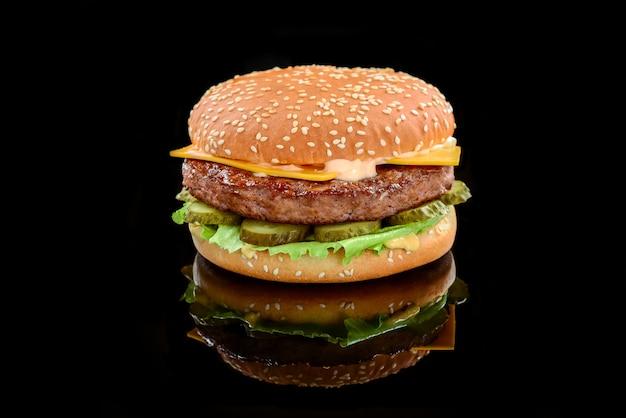 Gros hamburger savoureux