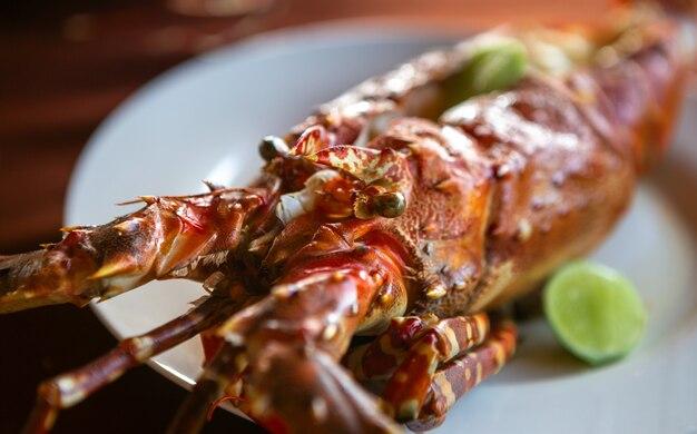 Gros homard sur assiette