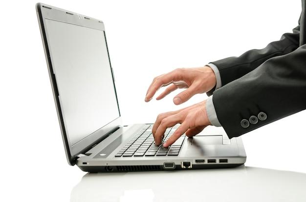 Gros homme d'affaires travaillant sur ordinateur portable.