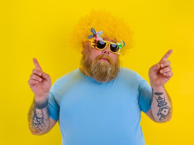 Gros homme avec perruque dans la tête et lunettes de soleil danse
