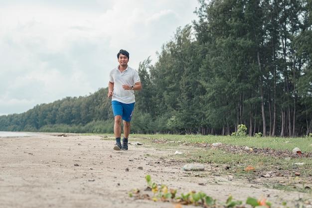 Gros homme qui court sur la plage