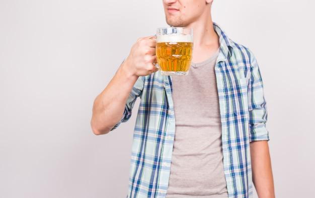 Gros homme tenant une chope de bière. arrière-plan avec espace de copie.