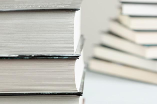 Gros livres empilés avec fond défocalisé