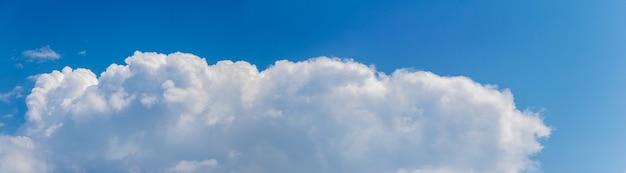 Gros longs nuages blancs dans le ciel bleu