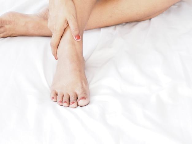 Gros massage de pied de femme par elle-même.